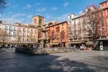 Daarna voor de kathedraal langs naar d het plein Bib-Rambla. Het beroemdste plein van de stad, prima plek om even uit te hijgen met een koude gele rakker erbij.