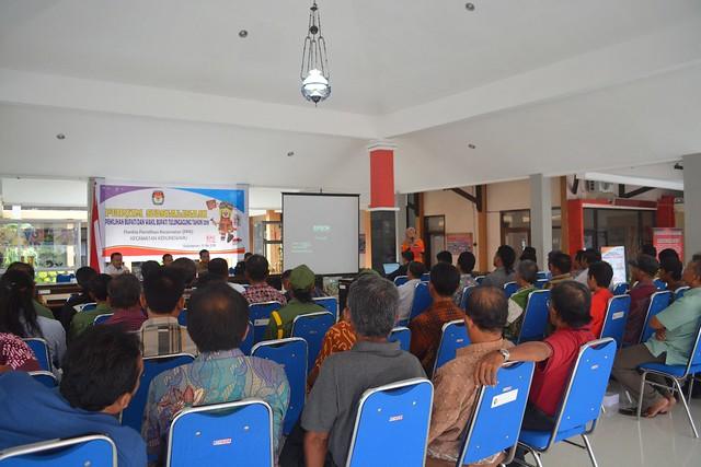 Suasana pembekalan anggota Satlinmas di kantor Kecamatan Kedungwaru (16/5)