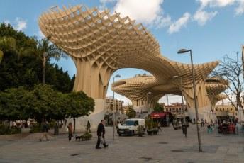 Het wordt ook Las Setas de La Encarnación genoemd (Setas = champignons). Het kostte twee keer zoveel tijd om te bouwen en, heel gek, ook twee keer zoveel geld.