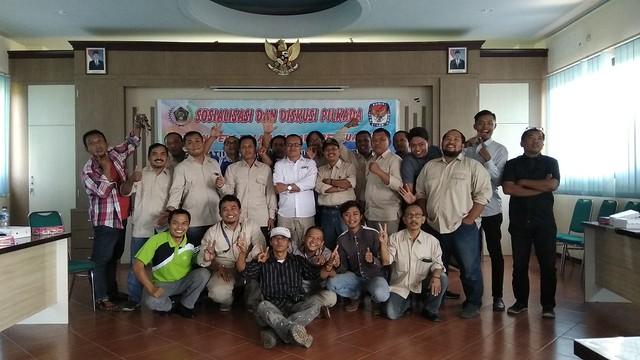 Komisioner KPU Tulungagung Suyitno Arman, S.Sos., M.Si., (tengah) foto bersama dengan anggota PWI dan jurnalis di Graha Pahlawan (9/5)