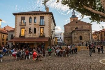 De Plaza Santa María del Camino, geweldig overal in de stad die terrasjes met betaalbare wijn en tapas.