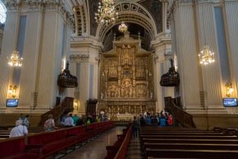 Ik had geluk, er was net een mis aan de gang. Het altaar is geweid aan de ter hemel opneming van Maria.