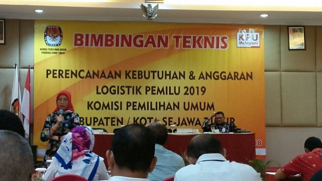 Komisioner KPU Jatim, Dewita Hayu Shinta, memberi paparan sat bimtek yang berlangsung di Sun City Sidoarjo selama dua hari (26/4)