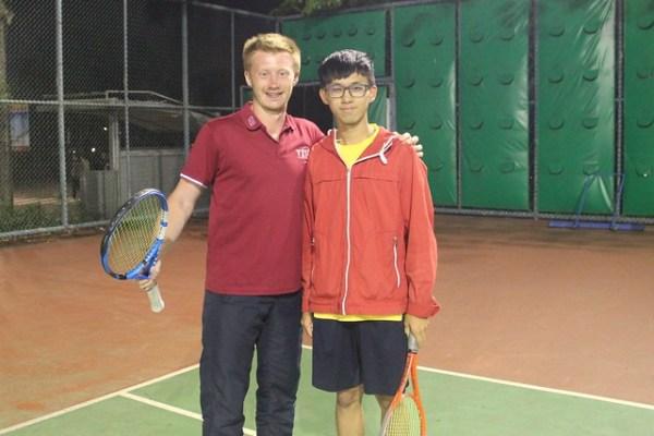 管理學院碩士生康福迪(左)與資管大一生何仲霖(右)