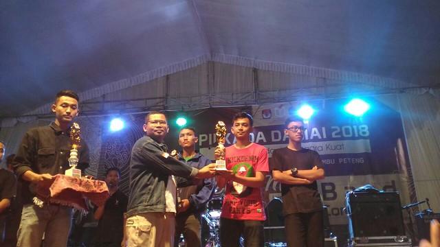 "Ketua KPU Supriho, M.Pd., seusai memberikan peghargaa kepada para pemenang di acara festival musik ""all genre"" di GOR Lembu Peteng (12/5)"