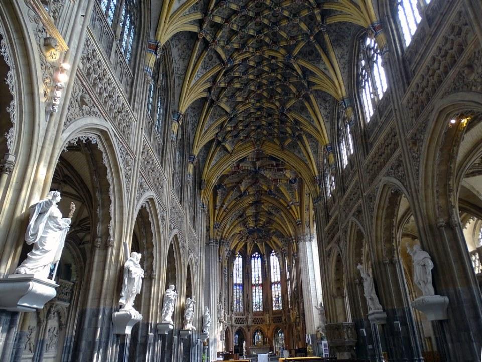 nave y altar mayor interior Iglesia de Santiago o Saint Jacques Lieja Belgica 04