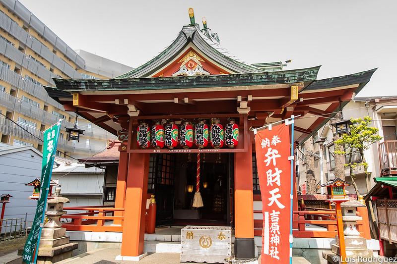 Interior del santuario Yoshiwara