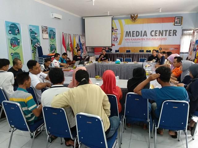 Komisioner KPU sekaligus Koordinator Devisi Teknis Mohammad Fatah Masrun, M.Si., saat menyampaikan materi dalam kegiatan Bimtek Situng di Gedung Media Center KPU Tulungagung (5/5)