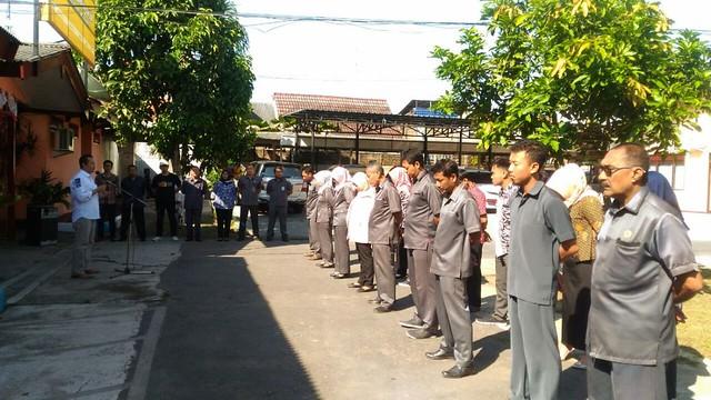 Suyitno Arman saat memberi semangat kepada para Anggota KPU dan Sekretariat KPU dalam apel pagi (30/4)