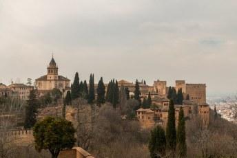 Uitzicht vanuit het Generalife op het Palacios Nazaríes, de Alcazaba. De toren is van de Iglesia de Santa Maria de la Alhambra kerk.