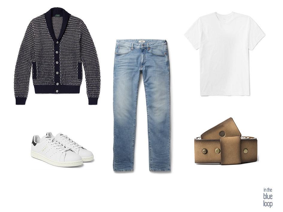 Look casual masculino con jeans, cinturón famara para hombre, camiseta blanca, cardigan y sneakers blancas