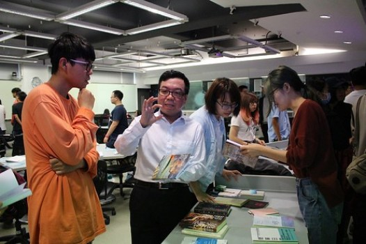 陳巍仁教授向學生解說製作書籍需注意事項 (2)