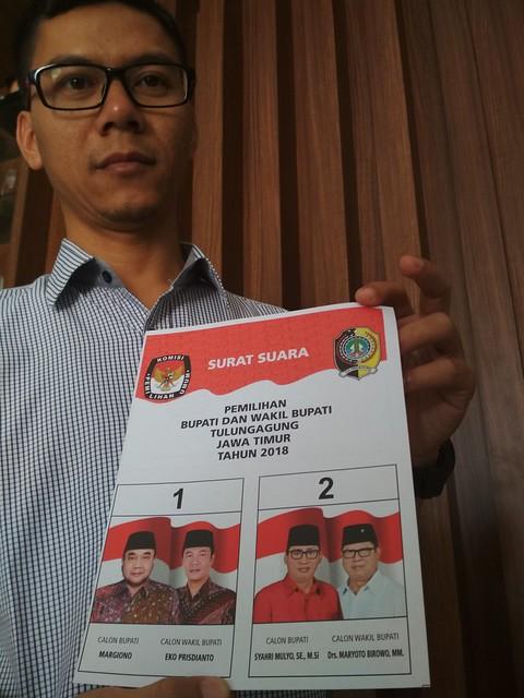 Anggota KPU Tulungagung Agus Safei saat menunjukan surat suara pada pemilihan Bupati dan Wakil Bupati Tulungagung (23/5)