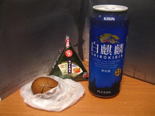 7-11麒麟啤酒、鮭魚芥末飯糰、茶葉蛋