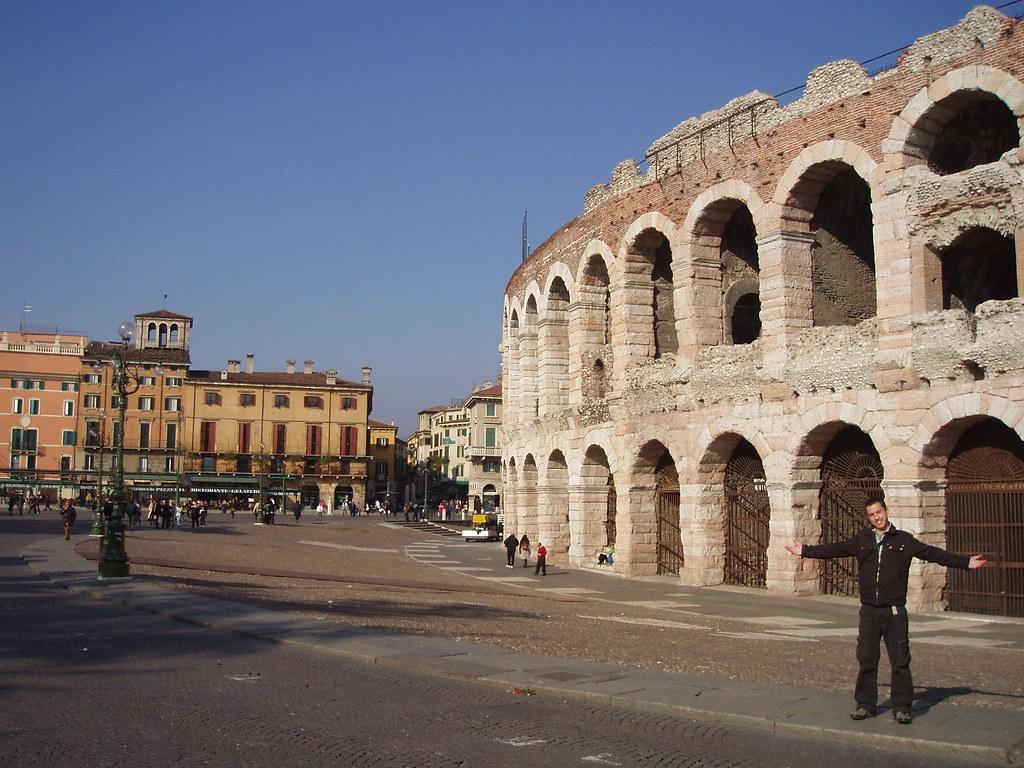 la Arena de Verona y Jaime haciendo el pollas delante de ella