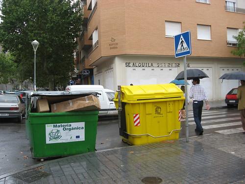 La empresa de basuras de Córdoba coloca contenedores en las esquinas. Los Coches no tienen visibilidad y es posible que se atropelle a un caminante.