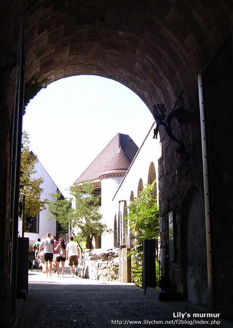 城堡中庭通往後花園的步道,得穿過一座大門。古堡跟年輕人的輕鬆裝扮成了有趣的對比。