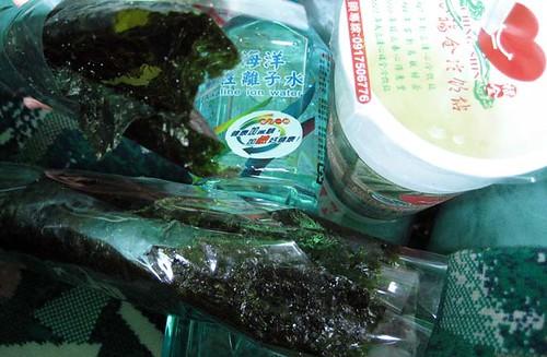 seaweed roll, watwe, yacult green tea/ 海苔捲, 鹼性水, 養樂多綠茶