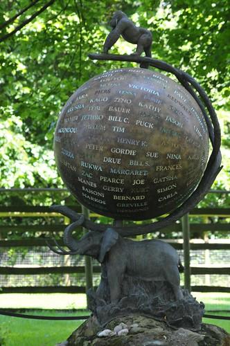 Denkmal am Grab John Aspinalls im Howletts Wild Animal Park