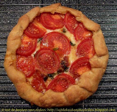 Tomaten-kaastaart met basilicum