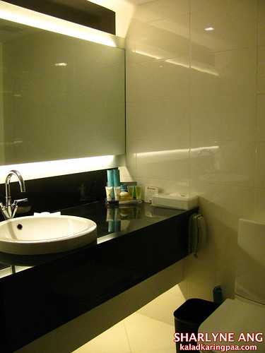 Traders Hotel Deluxe Room Bathroom