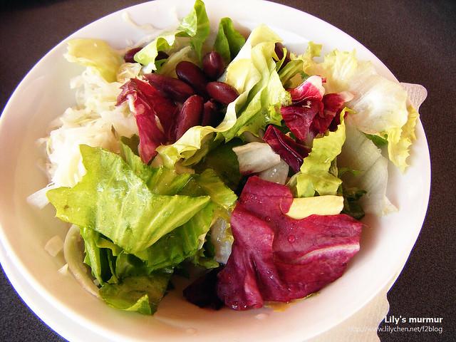 我的沙拉,據說加上豆子好像是斯洛維尼亞式的沙拉?不太確定,但新鮮好吃。