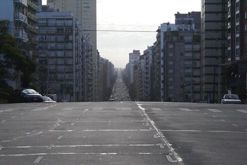 Mar del plata centrum, heuvelige straat
