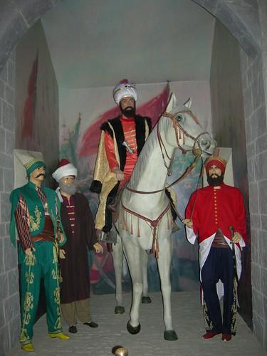 Guru al-fatih berserban putih di sebelah kuda