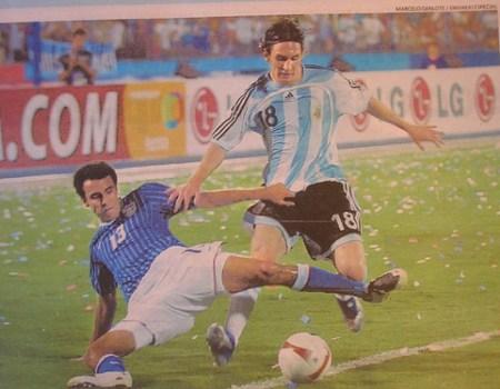 Lionel Messi elude a Arnold Schwarzenegger