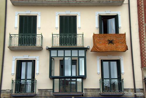 Balcón engalanado en la calle Dormitalería el día de la celebración del Corpus Christi de 2010