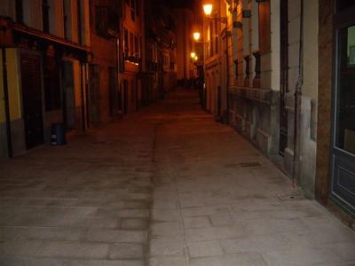 Imagen de la calle Mon desde abajo por la noche