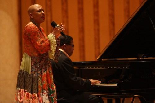 Dee Dee Bridgewater在演唱,汉考克在弹奏钢琴