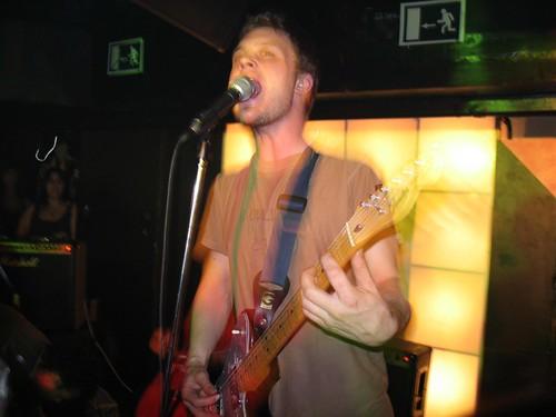 Michael Pitt a la guitarra