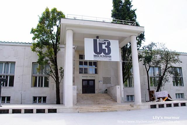 斯洛維尼亞的現代美術館,很簡潔俐落,但請看門口右邊的地方,居然有廢棄物?!別擔心,那是裝置藝術啦!XD