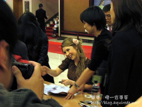 2010海莉簽名會,握手