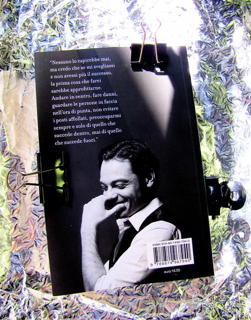 Tiziano Ferro: Trent'anni e una chiacchierata con papà, Kowalski 2010, progetto grafico di Cristiano Guerri, ritratto fotog. dell'autore, b/n, © Giovanni Gastel; q. di cop. (part.), 1