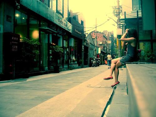 """我正在拍位於對街的""""爾冬強藝術中心"""""""