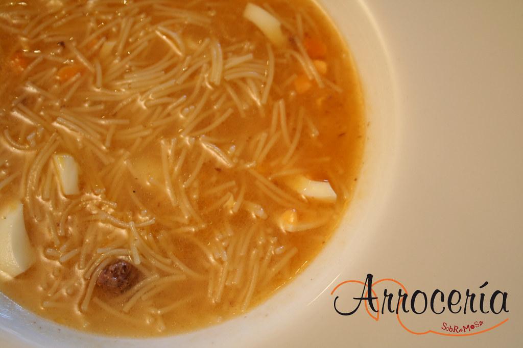 Sopa del cocido madrileño en el menú del día de Arrocería Sobremesa en Pamplona (Navarra).