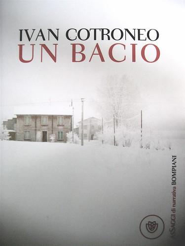 Ivan Cotroneo, Un bacio, Bompiani 2010; cover design: Polystudio; copertina: Carla Moroni; alla cop.: ftgrm del film Deserto Rosa/Luigi Ghirri; cop. (part.), 1