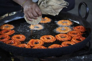 making live jalebi in buffet finediningindian.com