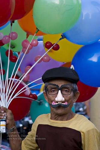 Plaza Miranda, Quiapo, Manila Balloon toys peddler vendor old elderly man ambulant  Buhay Pinoy Philippines Filipino Pilipino  people pictures photos life Philippinen  菲律宾  菲律賓  필리핀(공화�) mask maskara