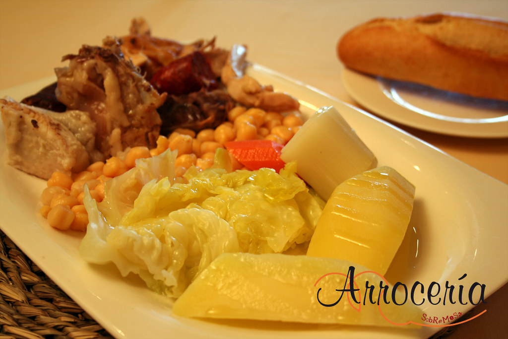 Verdura, garbanzos y carne de matanza del cocido madrileño en el menú del día de Arrocería Sobremesa en Pamplona (Navarra).