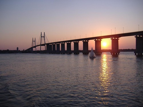 Tránsito: un bote pasa frente al Puente Rosario-Victoria