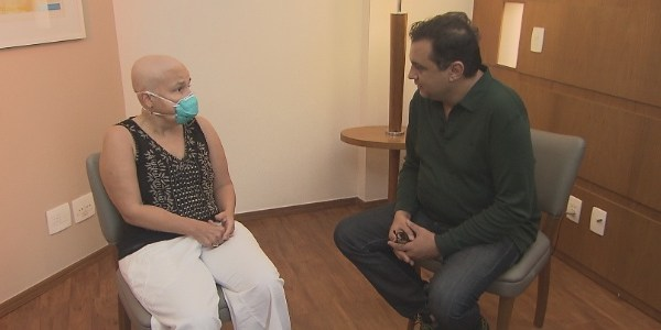 De cabelos raspados, Cláudia Rodrigues revela que fez transplante