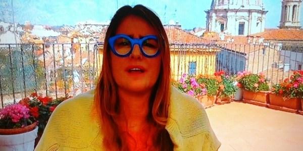 Em Roma, correspondente da Globo rouba a cena com óculos azuis