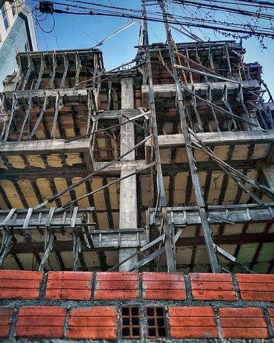 En construcción, siempre en construcción.