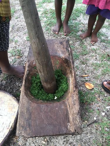 On pile la feuille de manioc au pilon.
