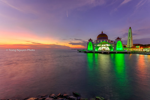 "The Straits Mosque • <a style=""font-size:0.8em;"" href=""http://www.flickr.com/photos/132142211@N05/24390510450/"" target=""_blank"">View on Flickr</a>"