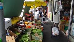 Уличная торговля идет во всю.