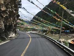 Gebetsfahnen auf dem Weg nach Ma'erkang